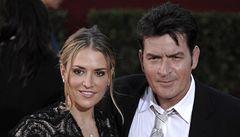 Charlie Sheen požádal o rozvod. Za útok na ženu byl i v podmínce